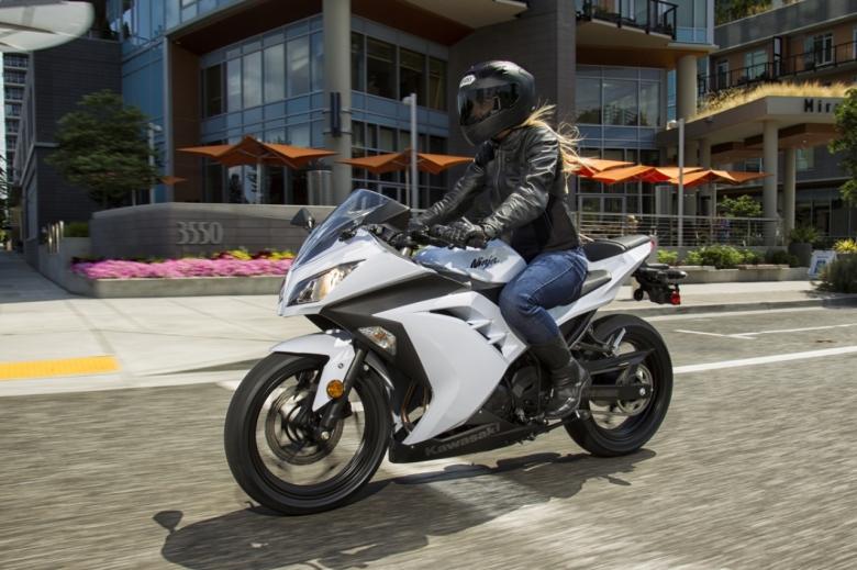 Kawasaki Ninja 300 white 01